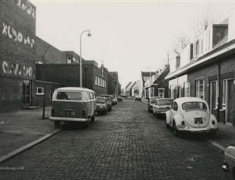 De Busken Huetstraat in 1977. Links de Busken Huetschool.